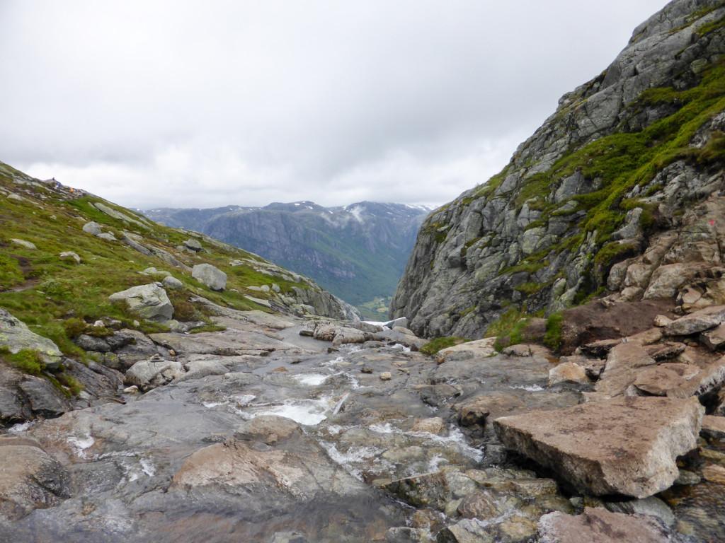 A stream of water flowing on the hike to Kjerakbolten