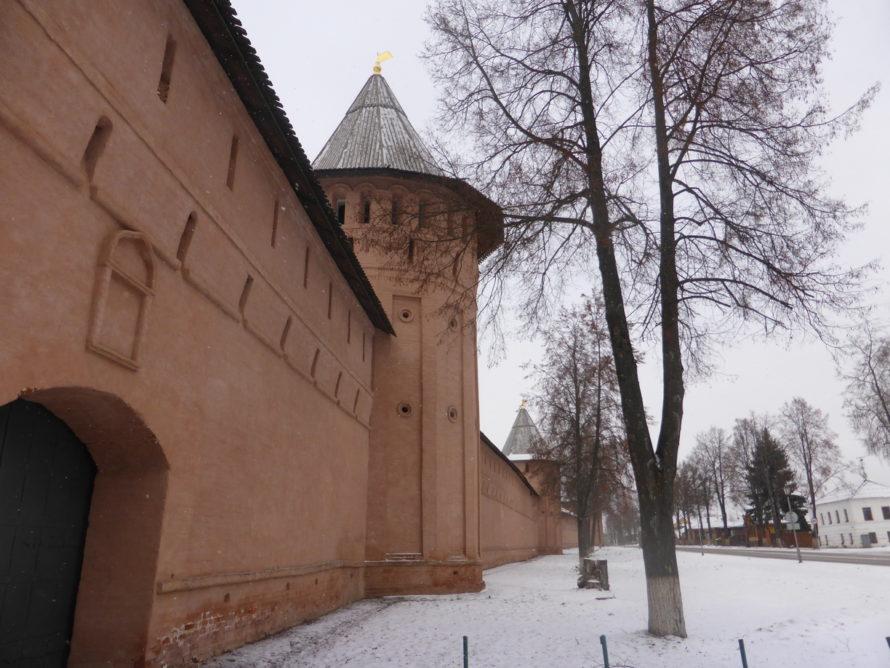 The walls along Suzdals main street - Ulitsa Lenina