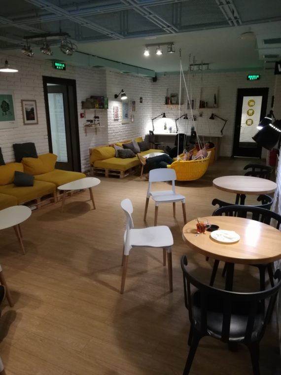 Large space for relaxing, chatting, eating or working